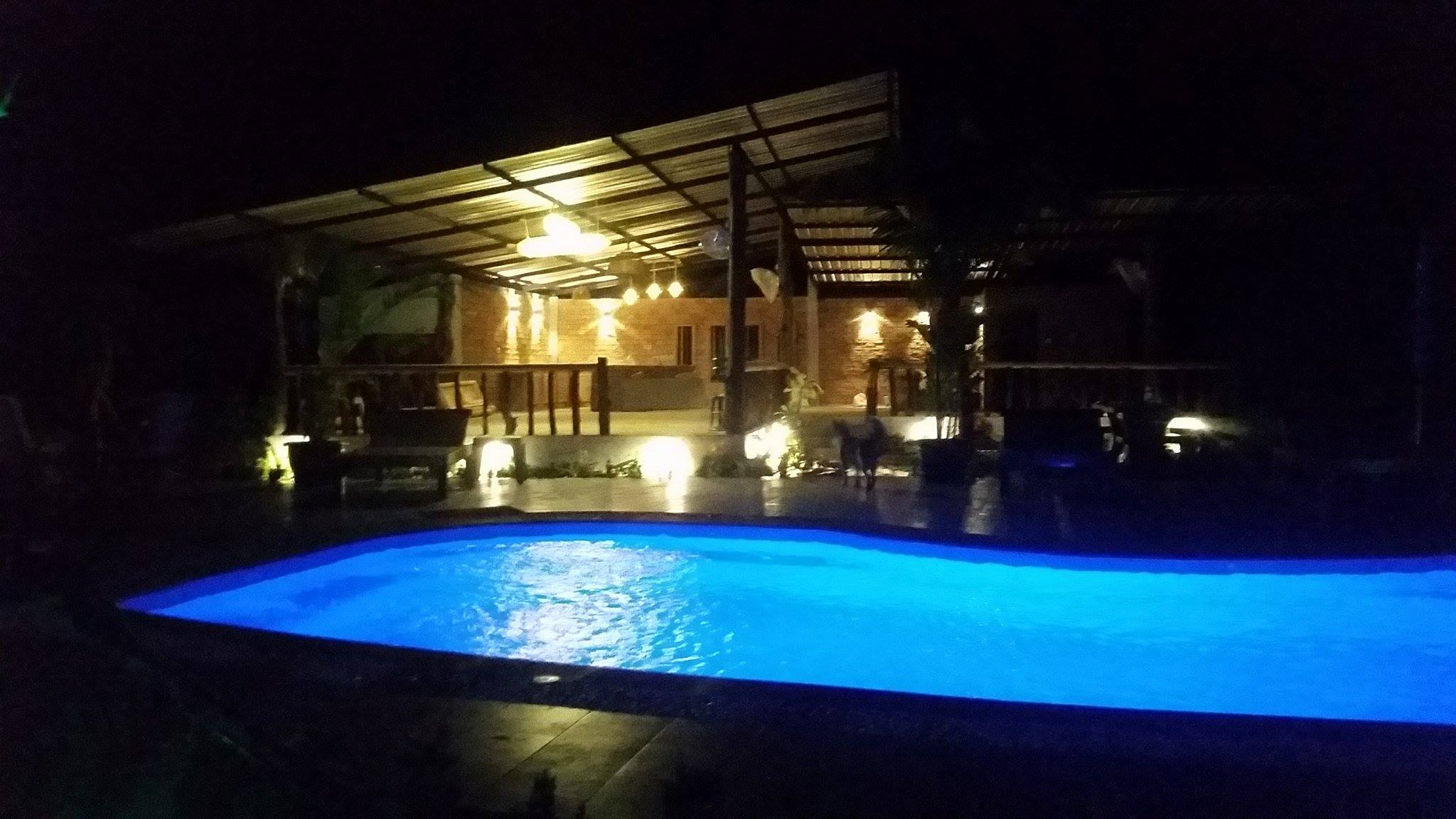 Swimming Pool und Restaurant by Night