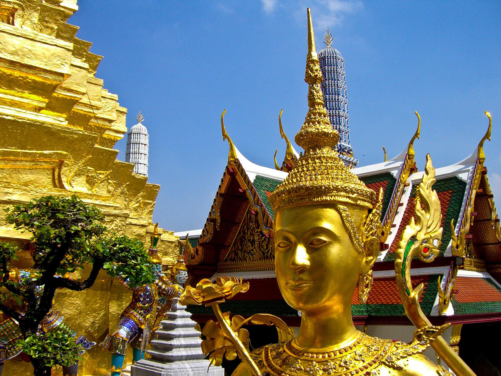 Der Königspalast von Bangkok ist auf jeden Fall einen Ausflug wert und fasziniert mit wunderschönen Gebäuden und Tempeln