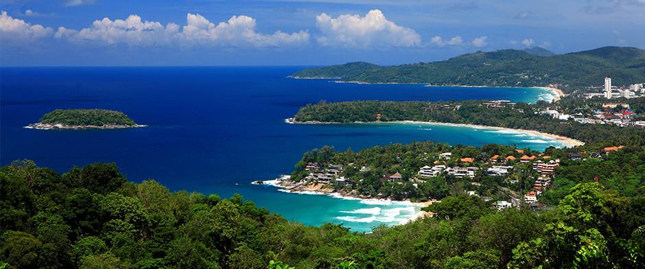 Die Kata Noi, Kata Beach sowie Karon Beach im Hintergrund. Hinder der Hügelkette liegt die Patong Beach