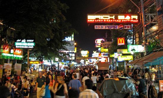 Die Kao San Road lebt vorallem nachts wo sich Menschen aus der ganzen Welt treffen