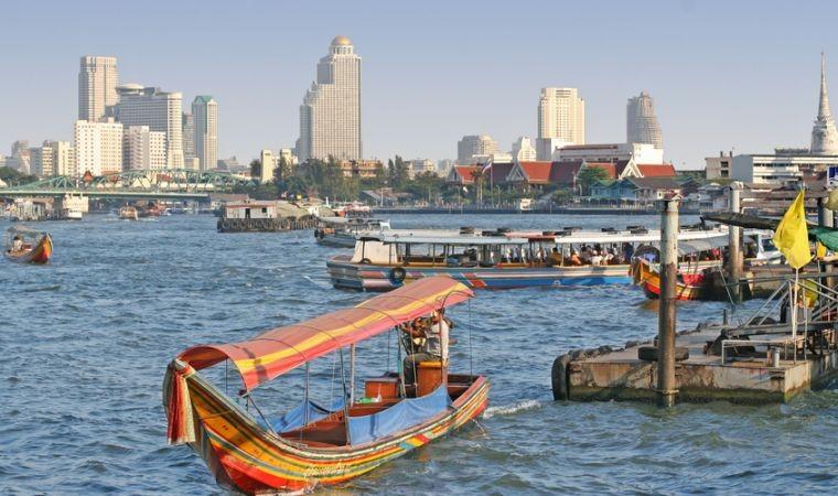 Auf dem Chao Praya Fluss werden Personen wie auch Waren befördert. Eine Schiffsfahrt ist hoch interessant und sehr empfehlenswert