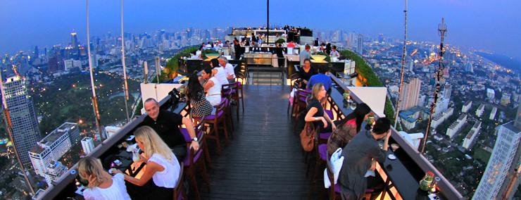 Am besten geht man ca. 1 Std. vor Sonnenuntergang in eine Rooftop-Bar, dann kann man zusehen wie sich die Stadt erleuchtet