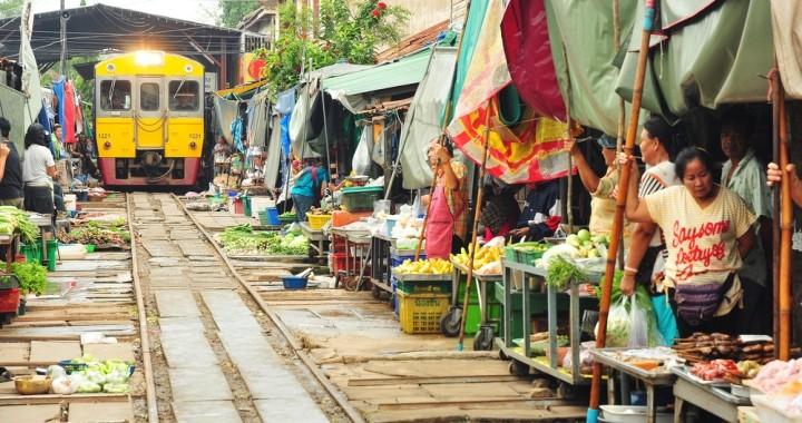 Hier fährt die Bahn mitten durch einen Markt. In Thailand kein Problem, Marktstände kurz wegräumen, warten bis der Zug vorbei ist und dann wieder aufbauen. Das alles innerhalb von 5 Min.!