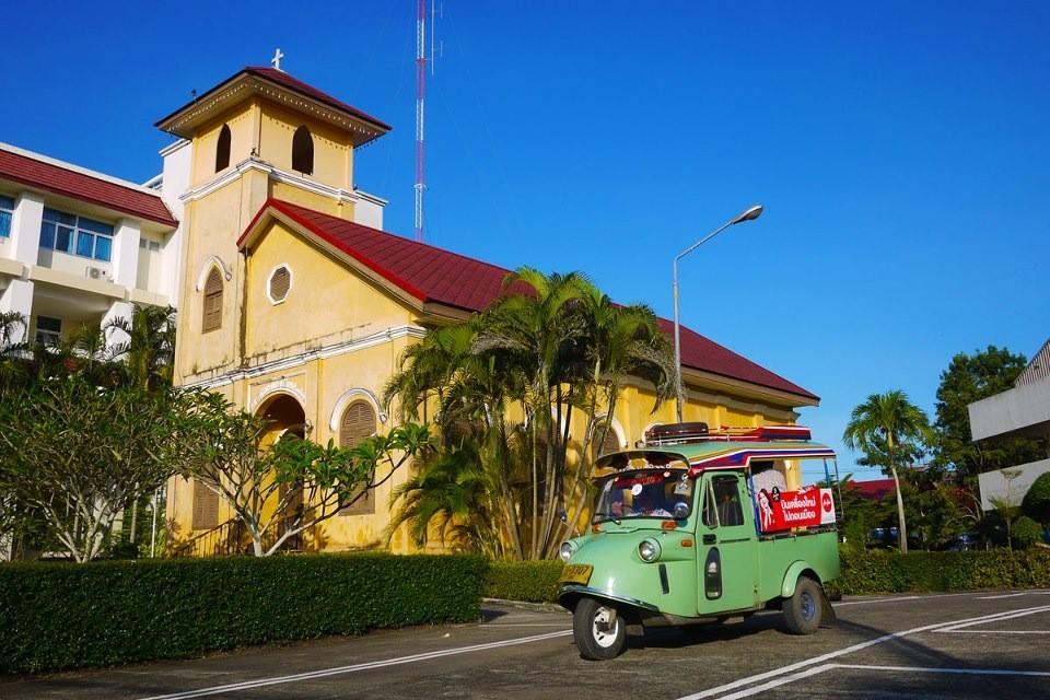 Die Kirche von Trang mit einem typischen Trang Tuk-Tuk