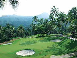 Der Golfplatz von Koh Samui ist traumhaft gelegen in den Hügeln der Insel. Er gilt jedoch als ziemlich schwierig und ist eine grosse Herausforderung