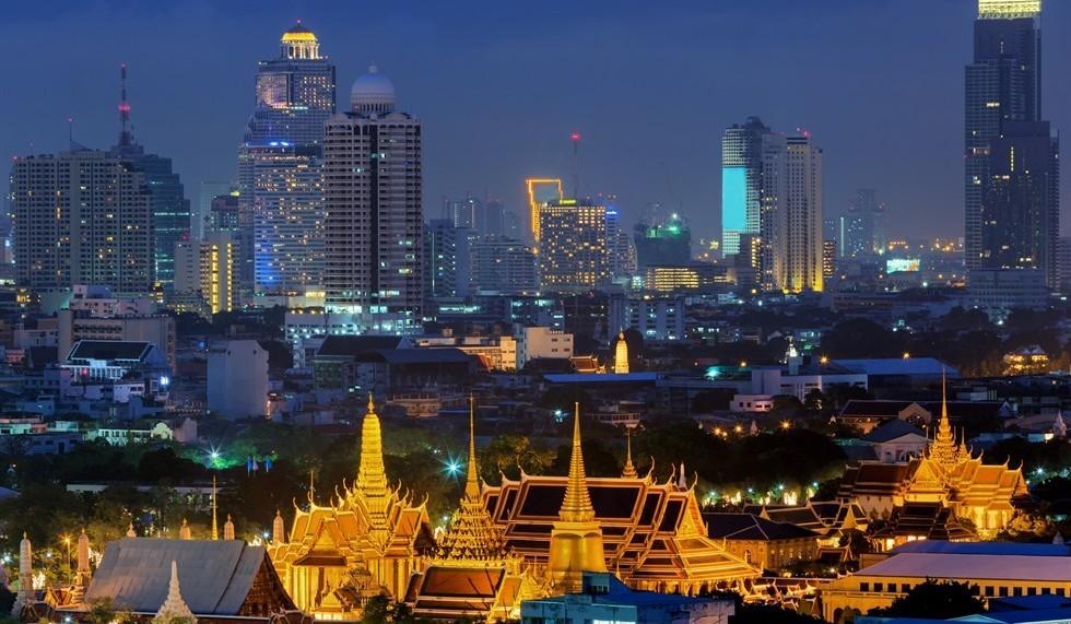 Die Skyline von Bangkok ist atemberaubend und verschiedene Altersepochen gehen fliessend ineinander über