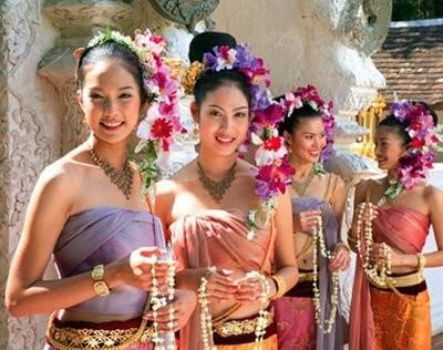 """Vier Damen die sich zur """"Miss Loi Kratong"""" Wahl stellen. Das Loi Kratong Festival in Chiang Mai gilt als das Schönste im Land"""