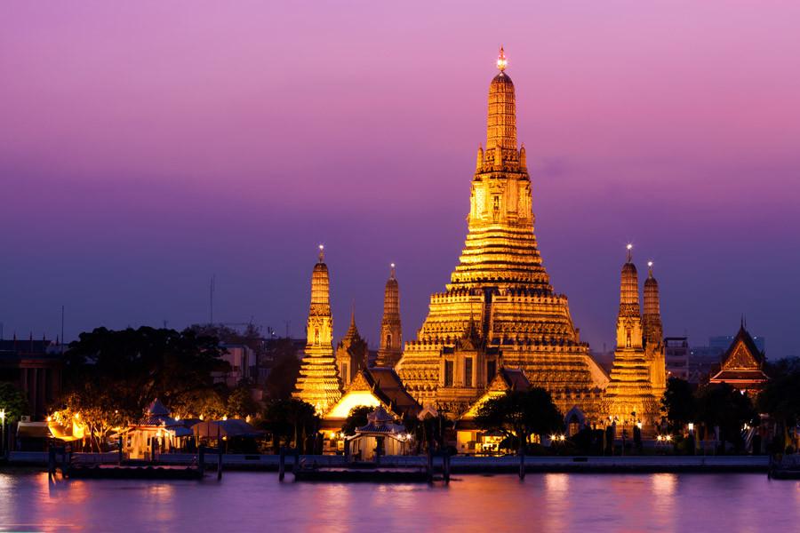 Wat Arun oder der Tempel der Morgenröte, direkt am Chao Praya Fluss gelegen