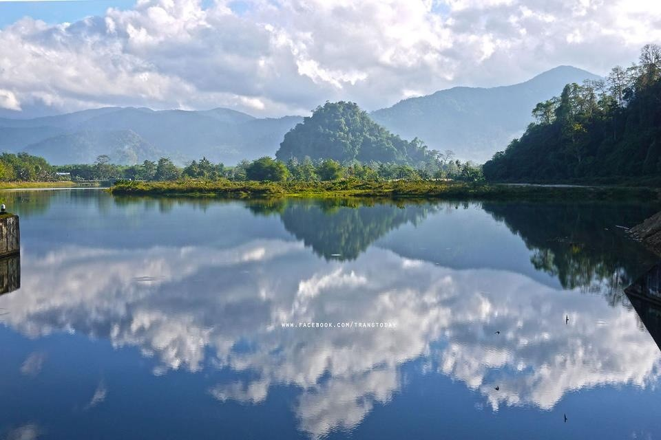Ein See mit der prächtigen Hügelkette zwischen Trang und Phattalung im Hintergrund
