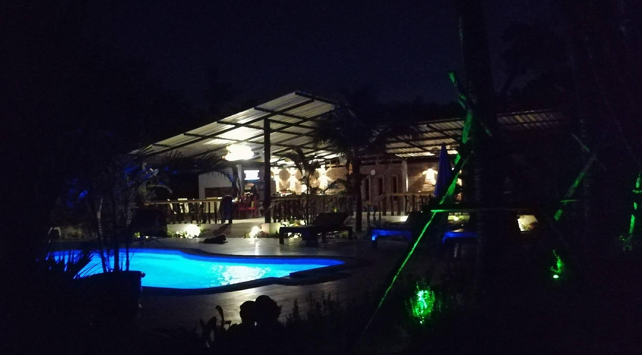 Der Pool leuchtet in verschiedenen Farben
