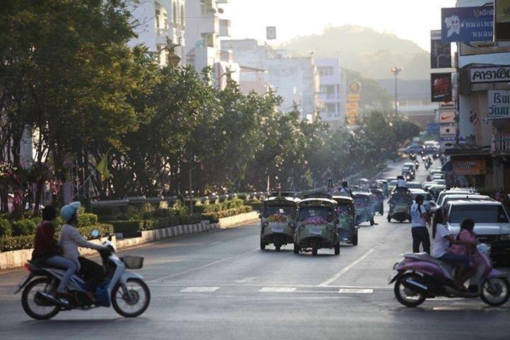 """Die """"Bahnhofstrasse"""" von Trang Stadt endet, wie könnte es anderst sein, am Bahnhof von Trang"""