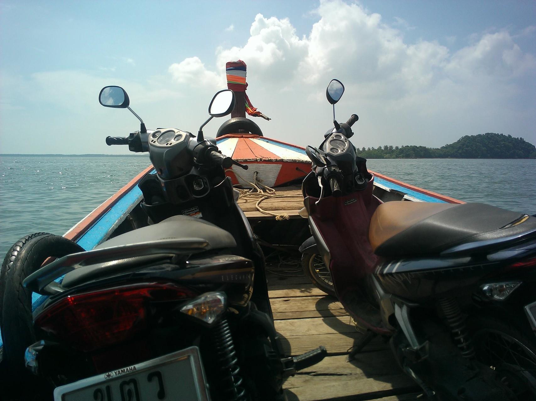 Ueberfahrt nach Koh Sukorn mit unseren Motorrädern