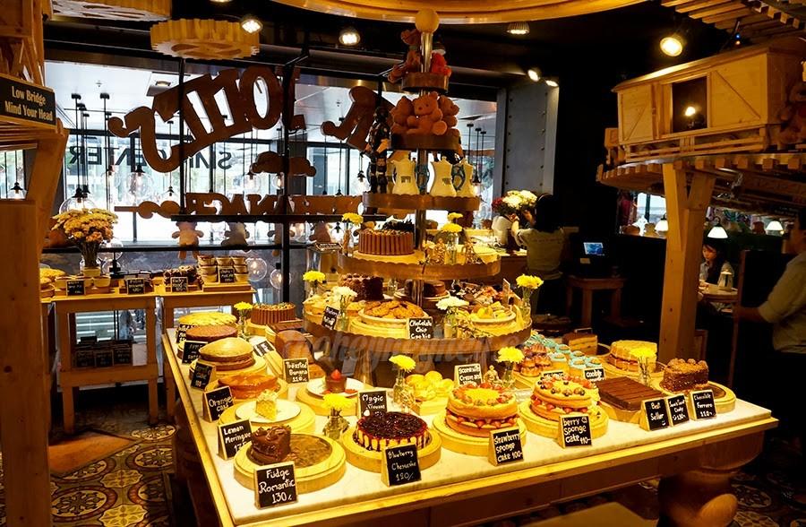 """In den Gourmets-Restaurants in den Einkaufshäusern kann man Torten, Kuchen etc. wie """"zu Hause"""" geniessen"""