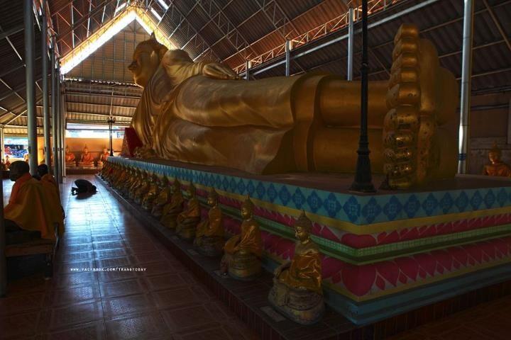 Liegende Buddha-Statue in einem Tempel von Trang