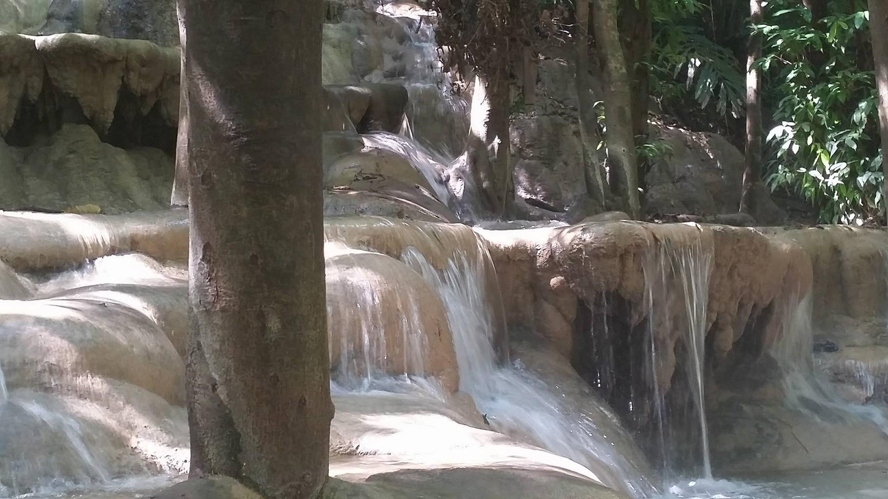 Ein terrassenartiger Wasserfall in mitten vom Jungle, traumhaft