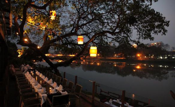 Entlang des Ufers vom Ping Fluss haben sich unzählige tolle Restaurants und Musikbars angesiedelt