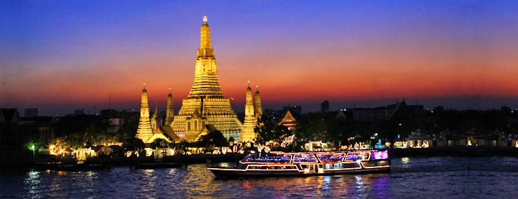 Eine Rivercruise-Fahrt auf dem Chao Praya abends ist ein Highlight und führt an vielen, schön beleuchteten Tempeln vorbei