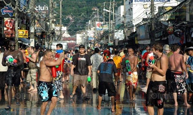 Am thailändischen Neujahrsfest geht es nass zu und her, desshalb auch der Name Wasserfest