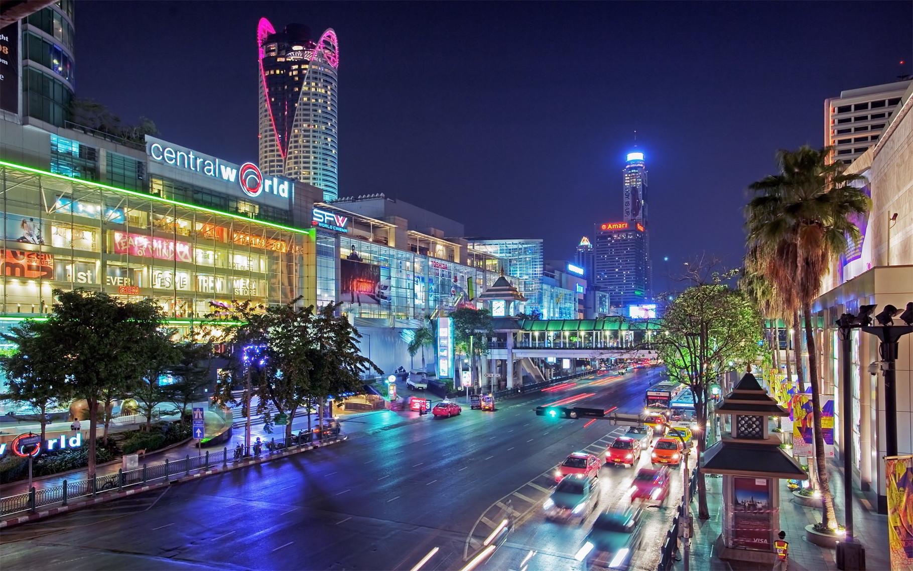 In diesem Stadtgebiet kann man shoppen ohne Ende. Im Hintergrund das höchste Gebäude Thailands, der Baiyoke Sky Tower