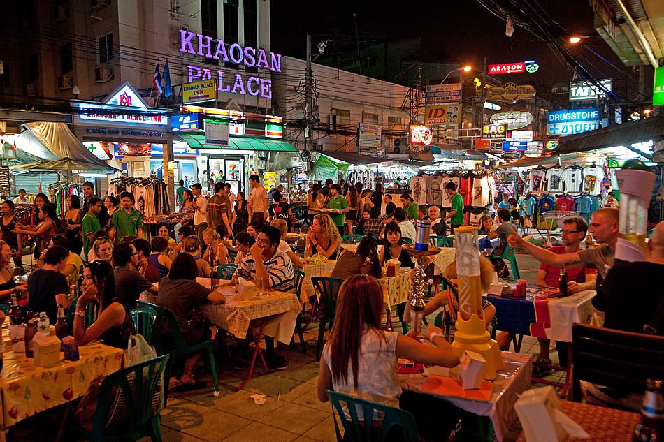 Bei einem Bier werden die Reiseerfahrungen und Tipps ausgetauscht. Die Kao San Gegend ist wie ein Dorf in der Grossstadt