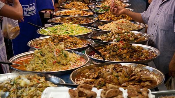 Wie überall in Thailand gibt es auch hier immer reichlich zu Essen