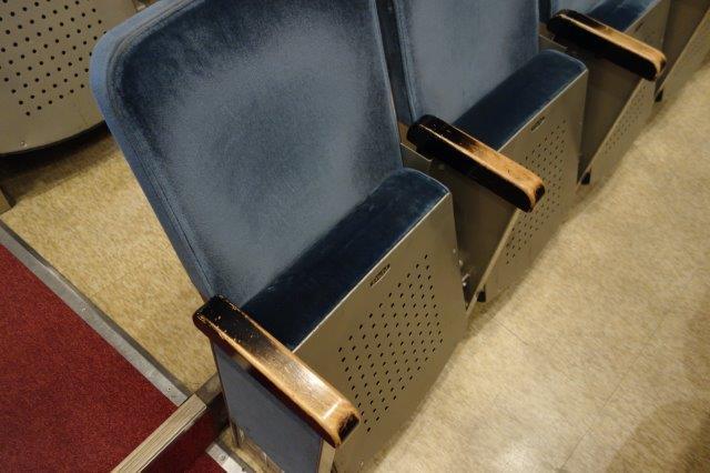 使い込まれた椅子