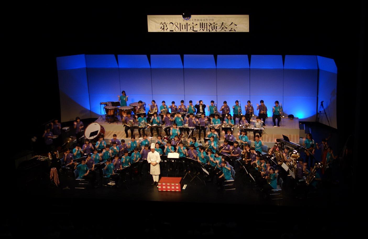 5月に開催された定期演奏会での吹奏楽部+伊東シェフ