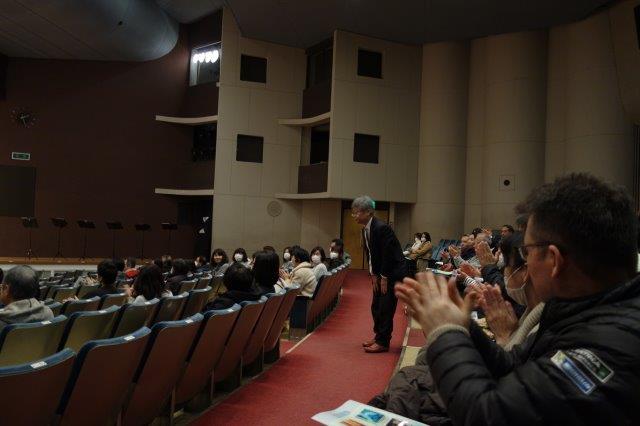 伊藤先生から「ひがし会への感謝」のお言葉に答える藤原会長