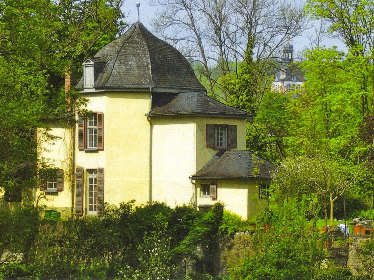 Der erste Leiter des Oberforstamtes Weilburg, August Freiherr zu Bibra, ließ 1811 das Teehaus im Karlsberg erbauen. Der Karlsberg liegt zwischen Weilburg und dem Windhof und gehörte im 19. Jahrhundert der Familie von Dungern.