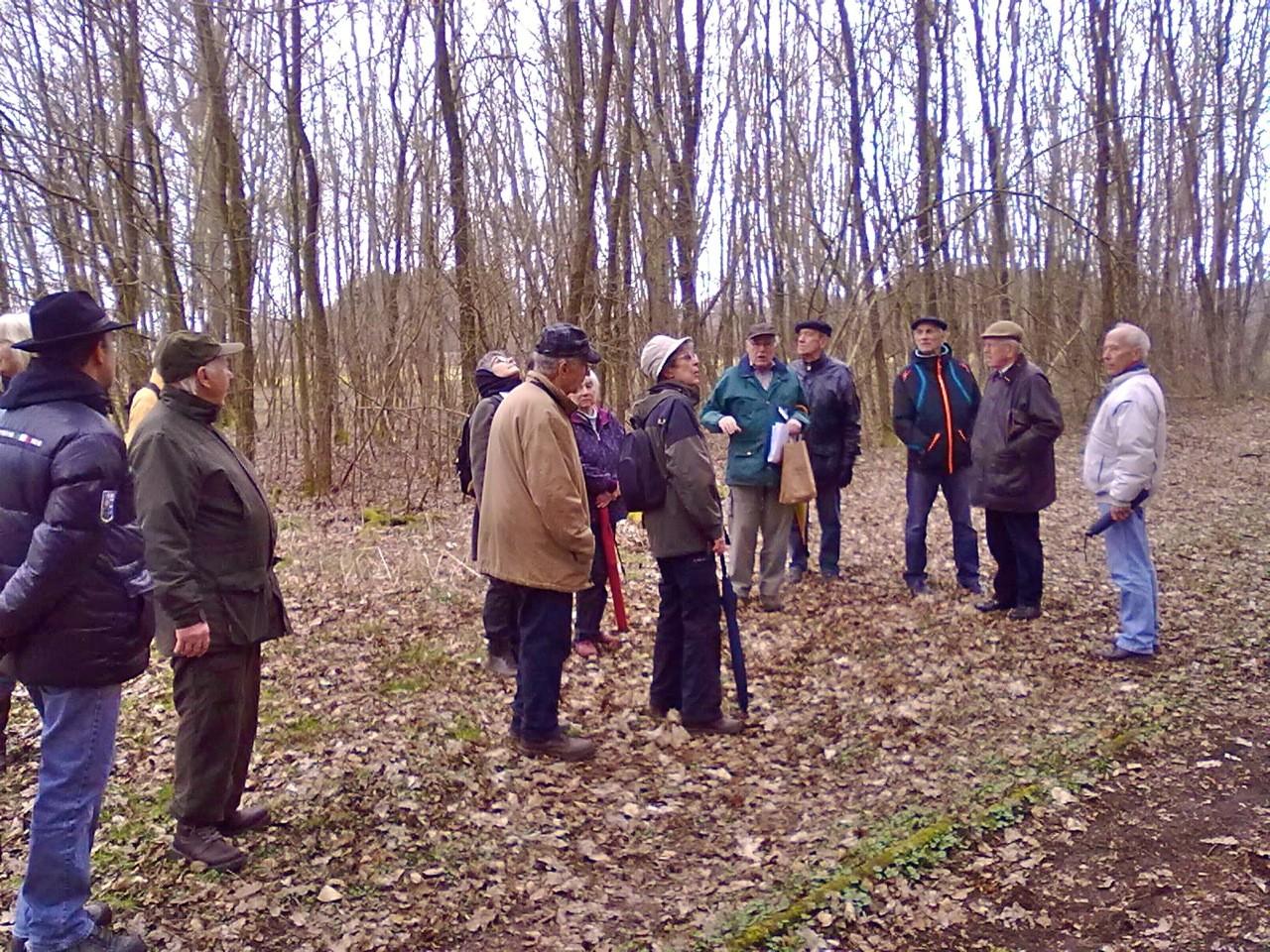 Volker Vömel zeigte im Wald auch verstecke Zeugnisse längst vergangener Kulturen…