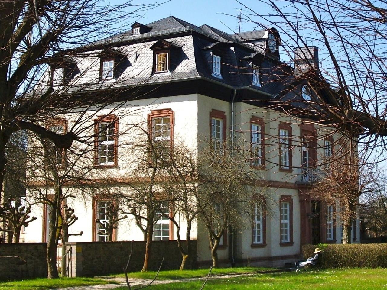 """Das Schloss Windhof war der Startpunkt des Spaziergangs zu ausgewählten Orten aus dem Buch: """"Der Weilburger Wald im Wandel der Geschichte""""."""