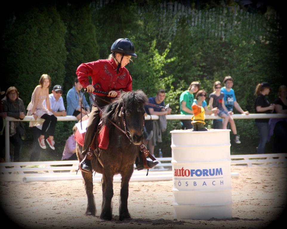"jüngste Teilnehmerin Anna Kampfmann mit dem Shetland Pony ""Julia"""
