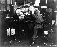 Thomas Edison spreekt in zijn dicteermachine, 1914