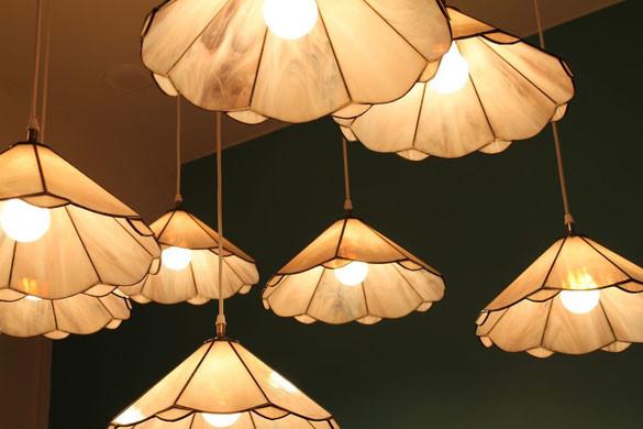 Tiffanylampen über der Buffet-Nische