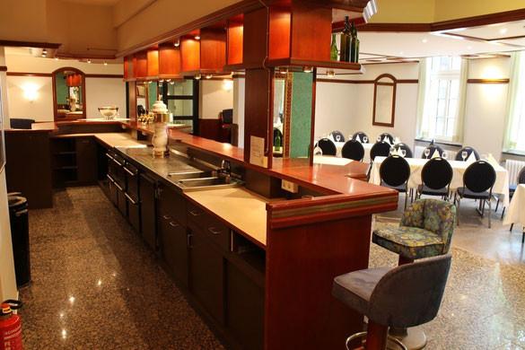 Die Theke ist mit Kühlschubladen, Durchlaufkühlung und Zapfanlage/Zapfsäule ausgestattet