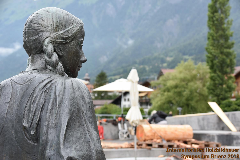 Skulptur Brienzer Meitschi (zum Gedenken an Albert Streich) überblickt das Symposium