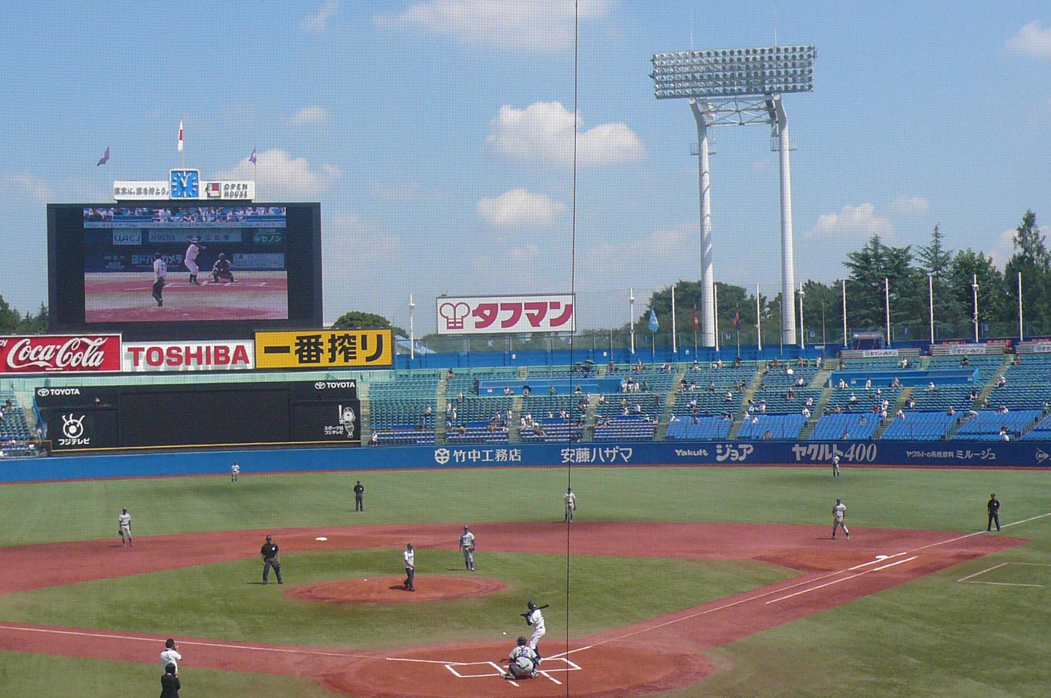 春に続いて吉岡総長始球式
