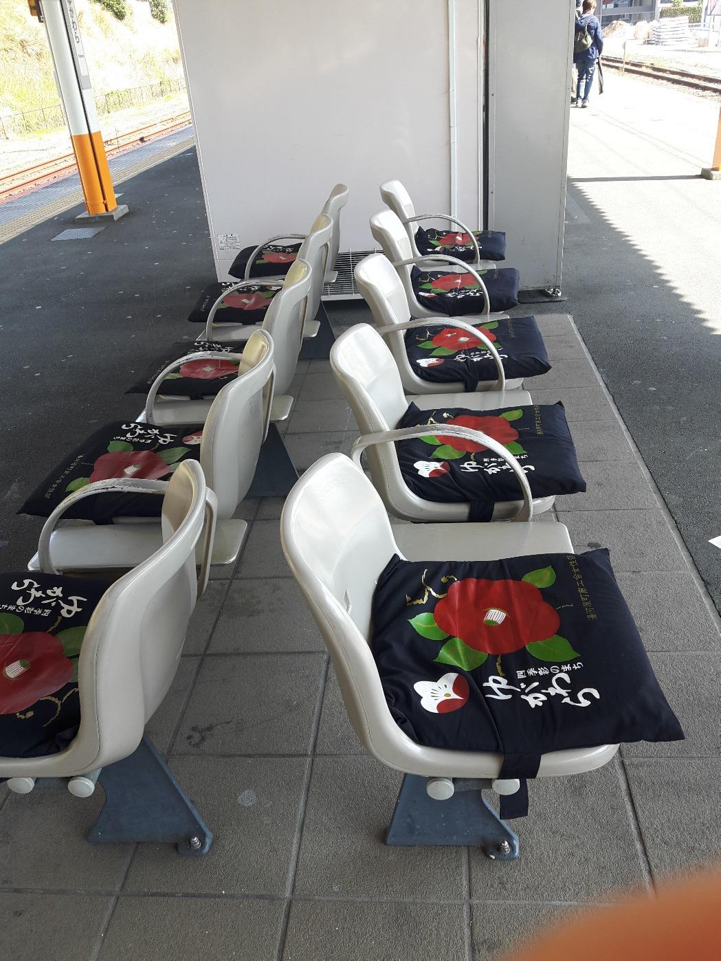 駅のベンチには、座布団・・・