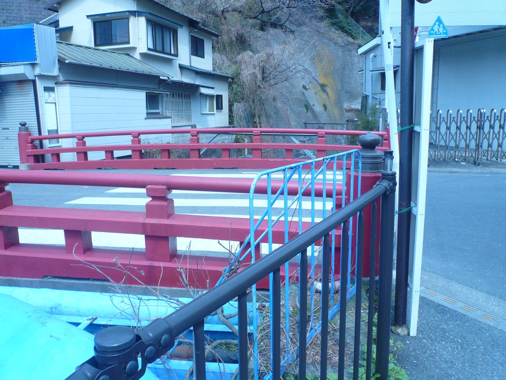 極楽胴にかかる赤い橋