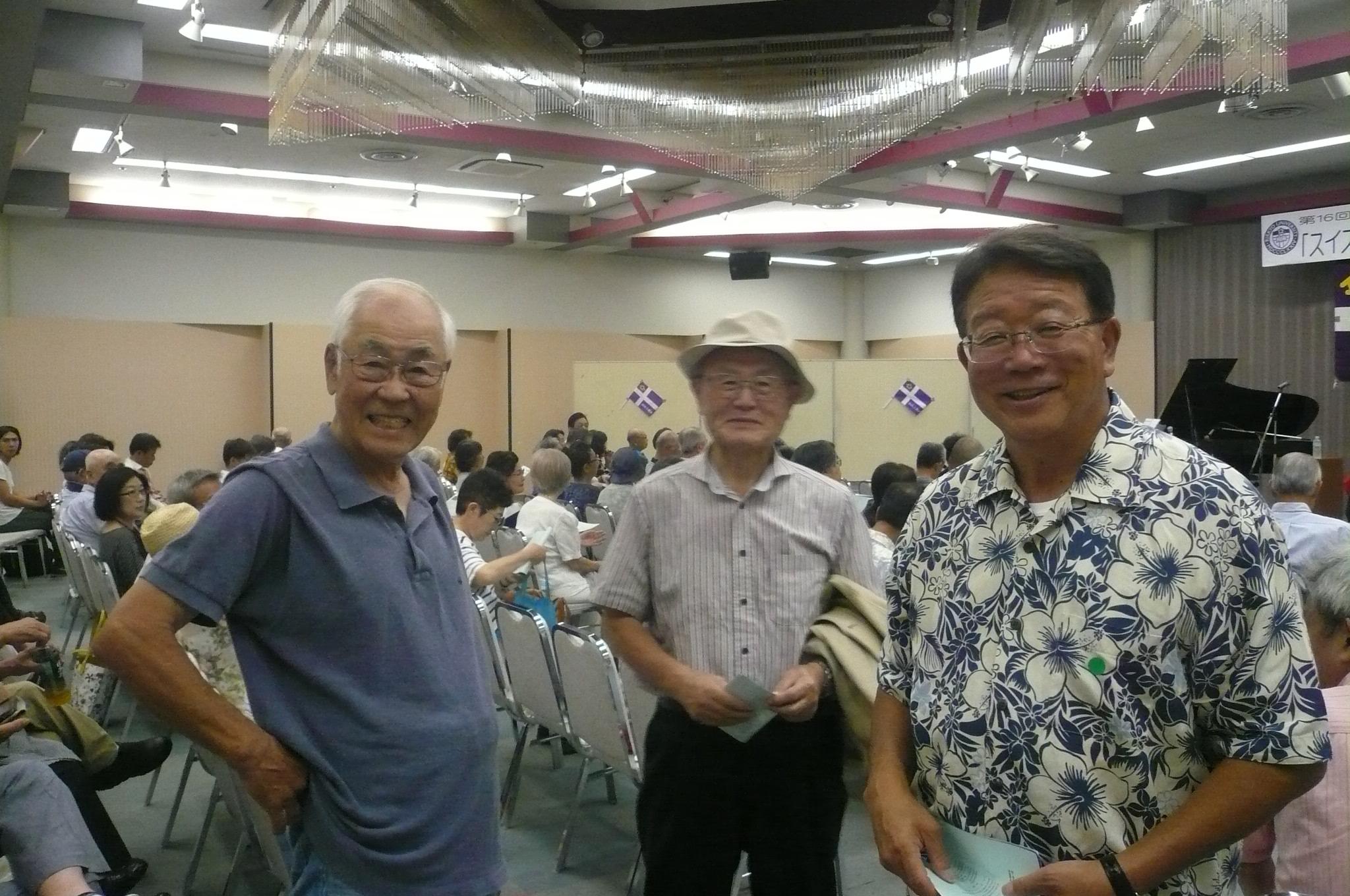 今春優勝した野球部OB今西さん(左)川田さん(右)真ん中は桜井さん