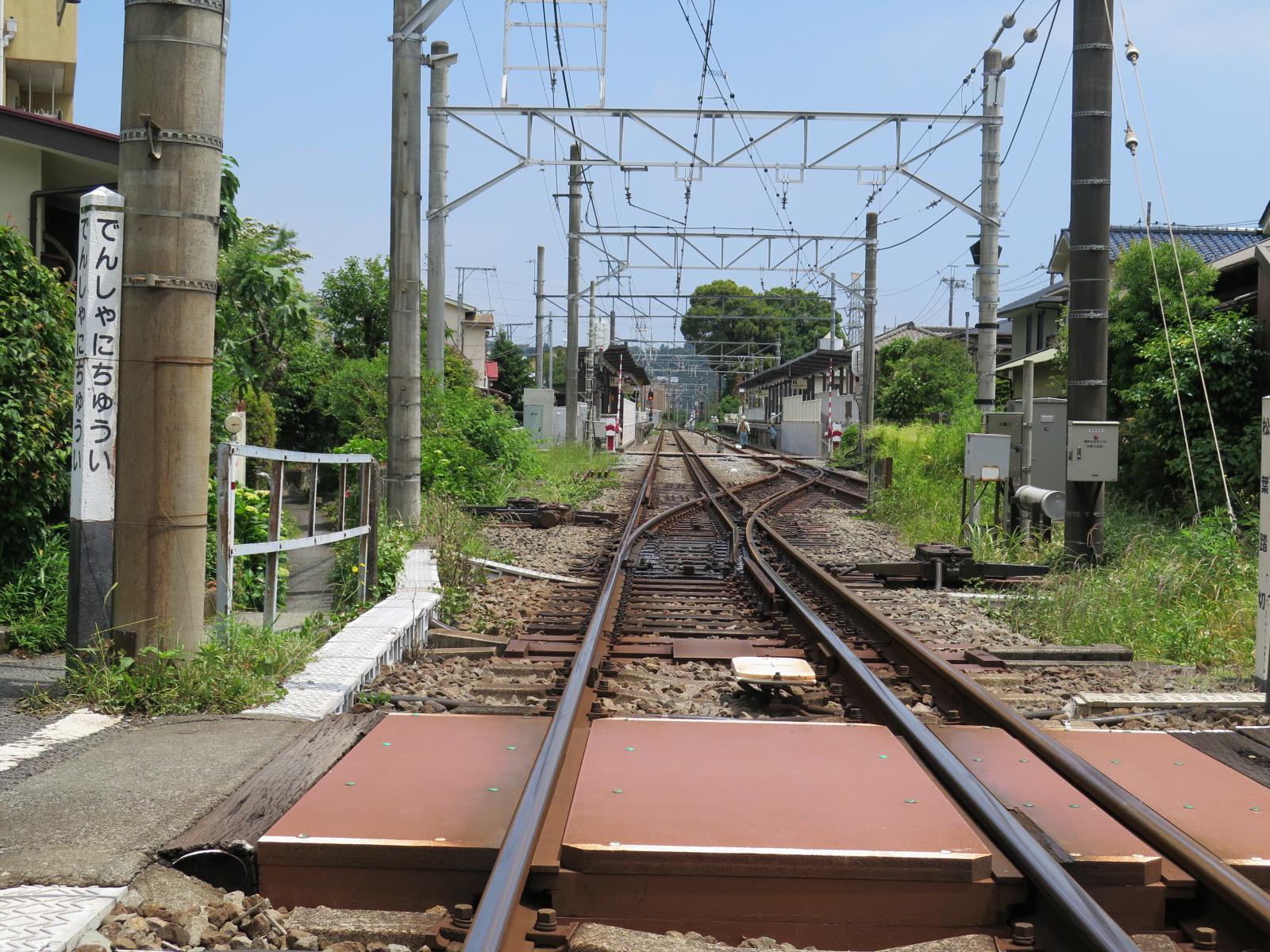 入生田踏切と三線軌条(狭軌の小田急と広軌の箱根登山鉄道の乗り入れ)