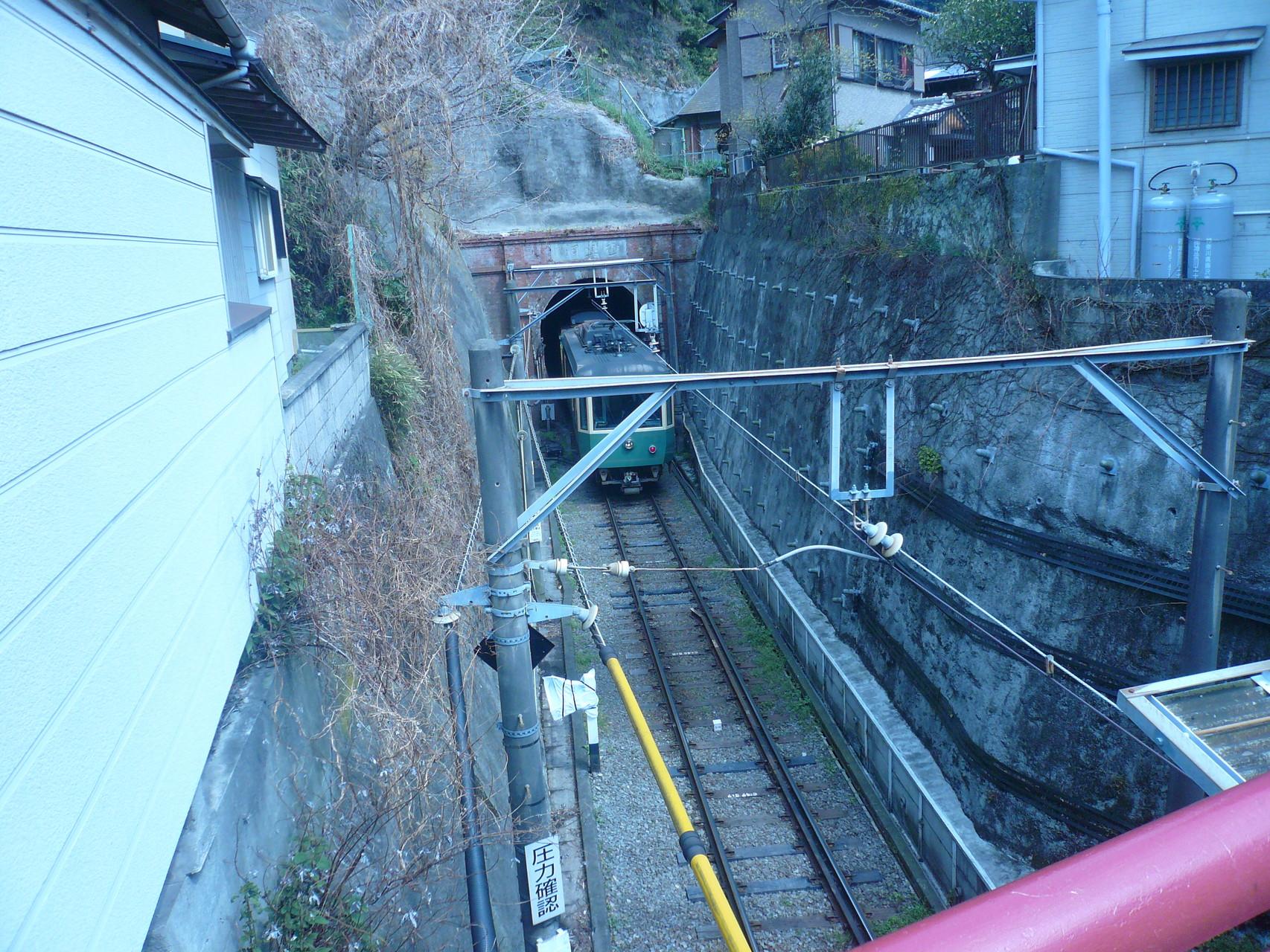 江ノ電がとんねるに消えて行きました