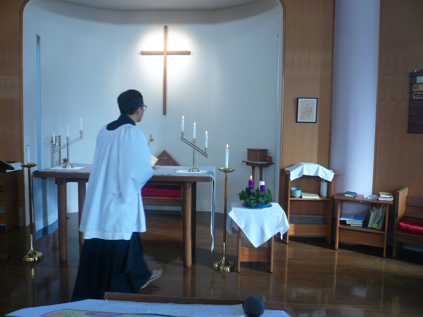 厳かに礼拝が始まる