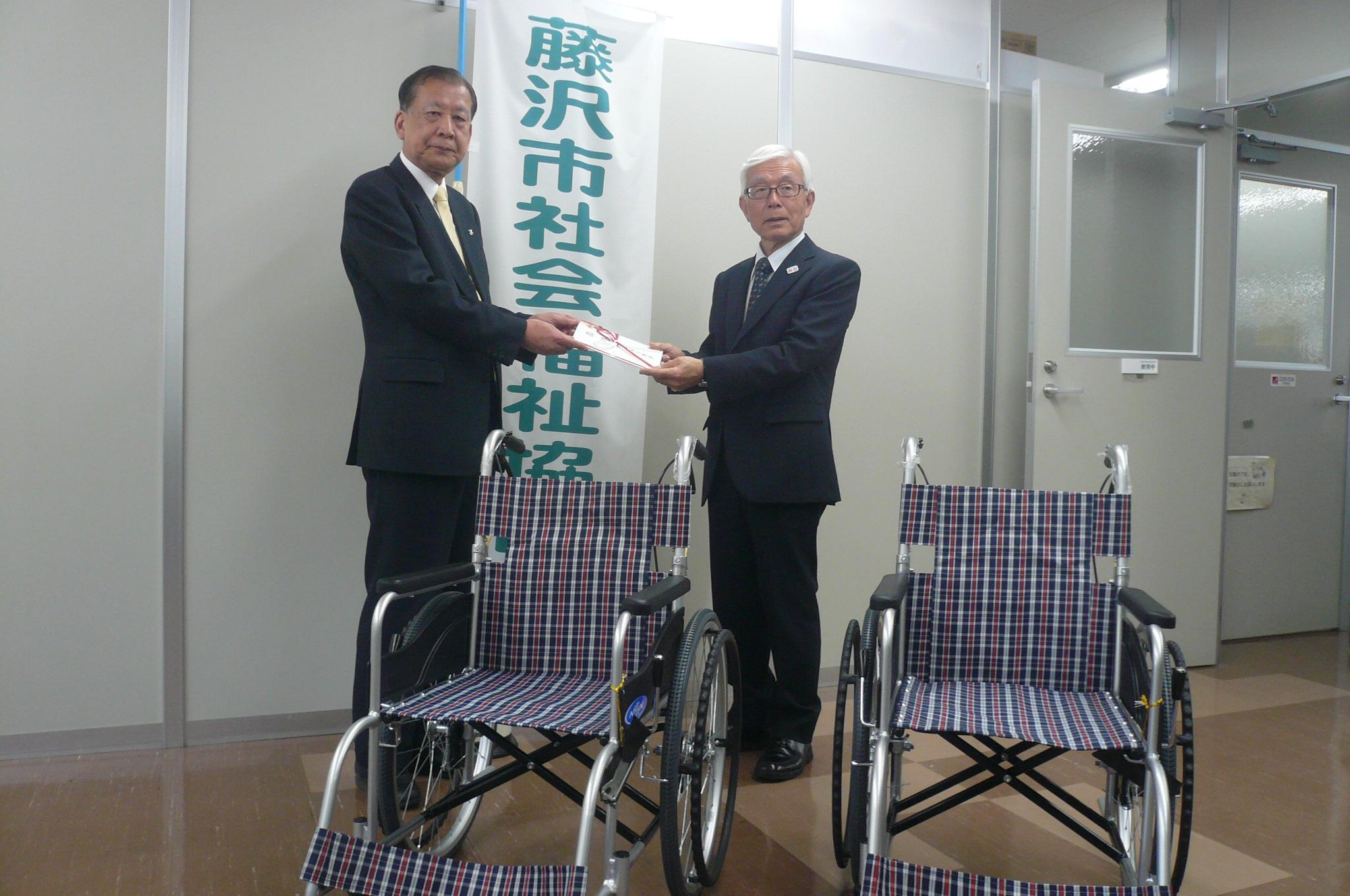 藤沢市社会福祉協議会加藤会長へ清水会長より寄贈