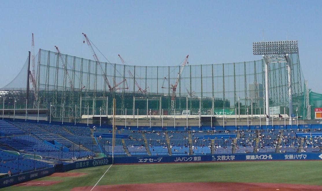 球場に足踏み入れるとレフトスタンドの奥国立競技場の工事が見える