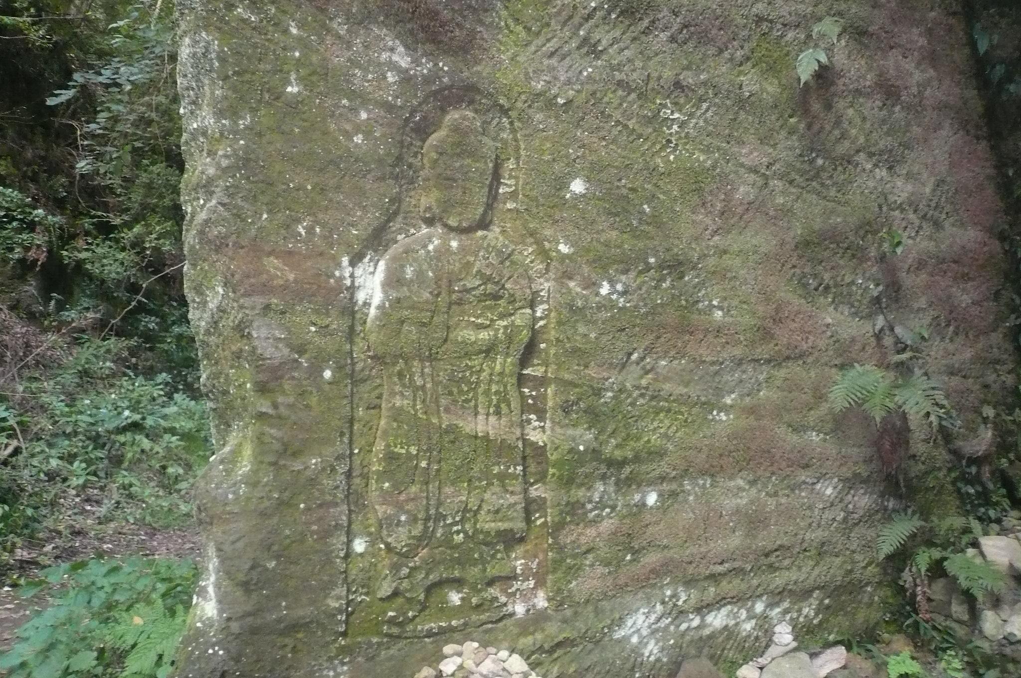 岩肌に仏さまの彫刻