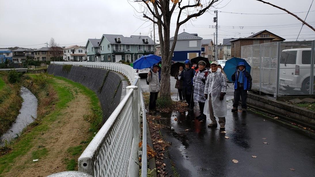 JR相模線「原当麻駅」を出発 生憎の小雨模様