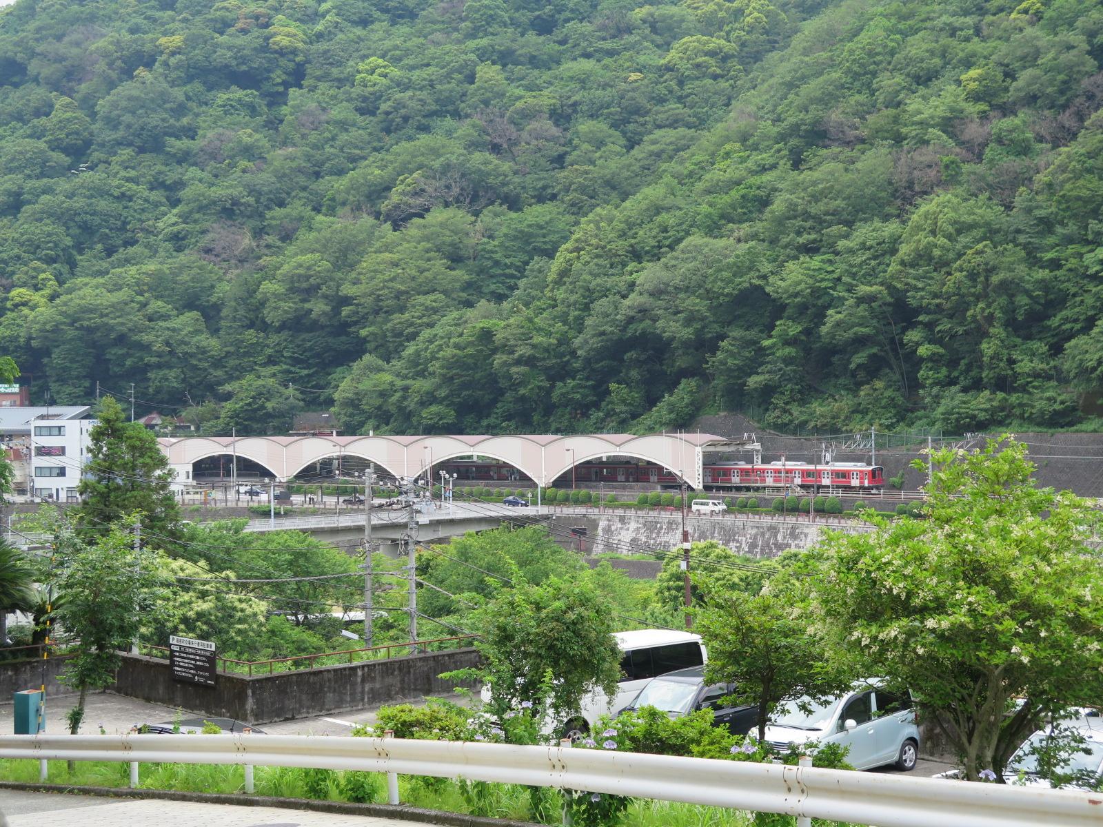 箱根町役場から早川の向こうに湯本駅を臨む