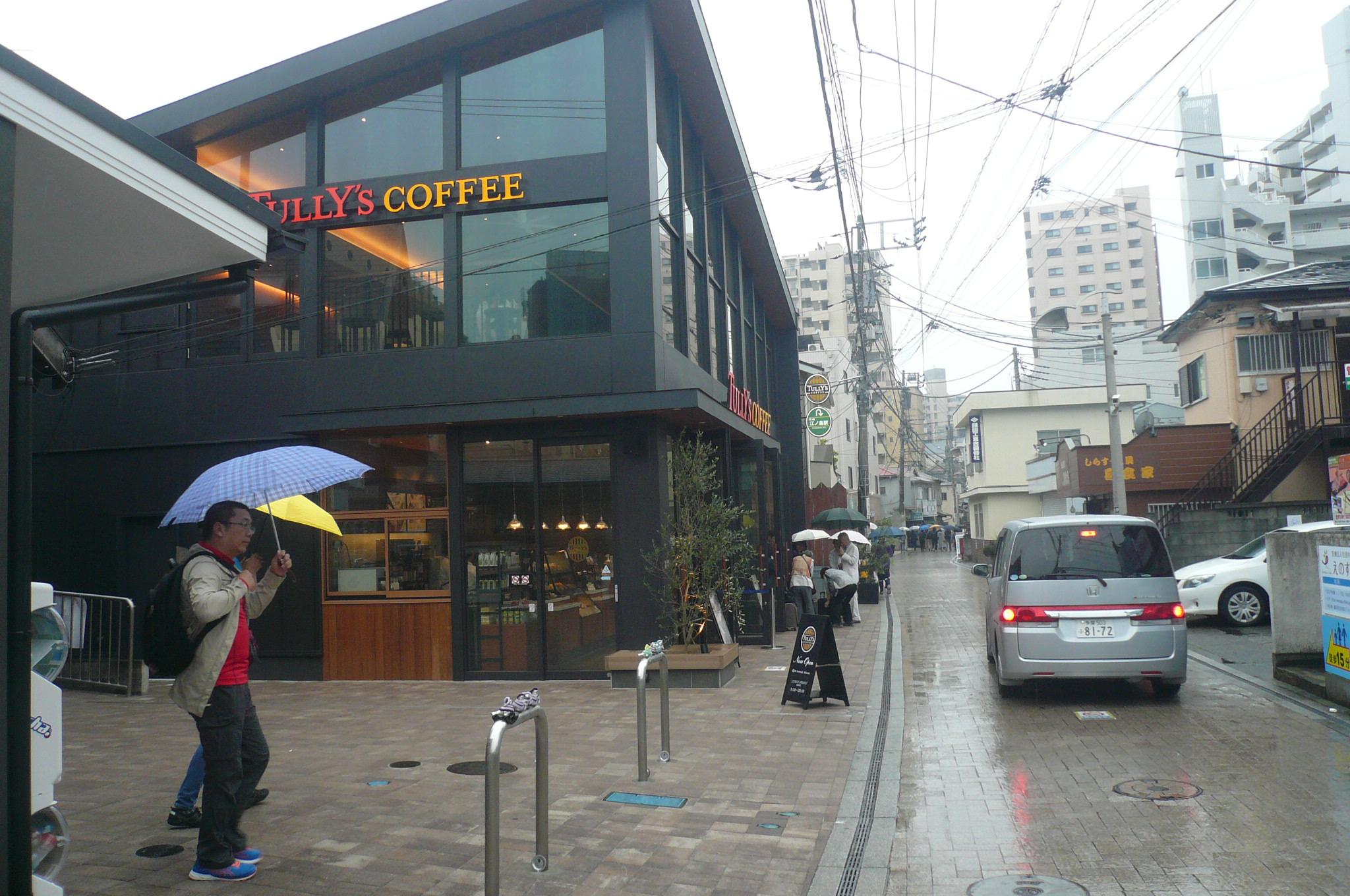 改札出るとおしゃれなタリーズコーヒーあいにくの雨もボウリングには関係ない