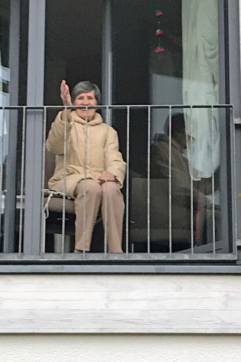 Zuschauerin am Fenster